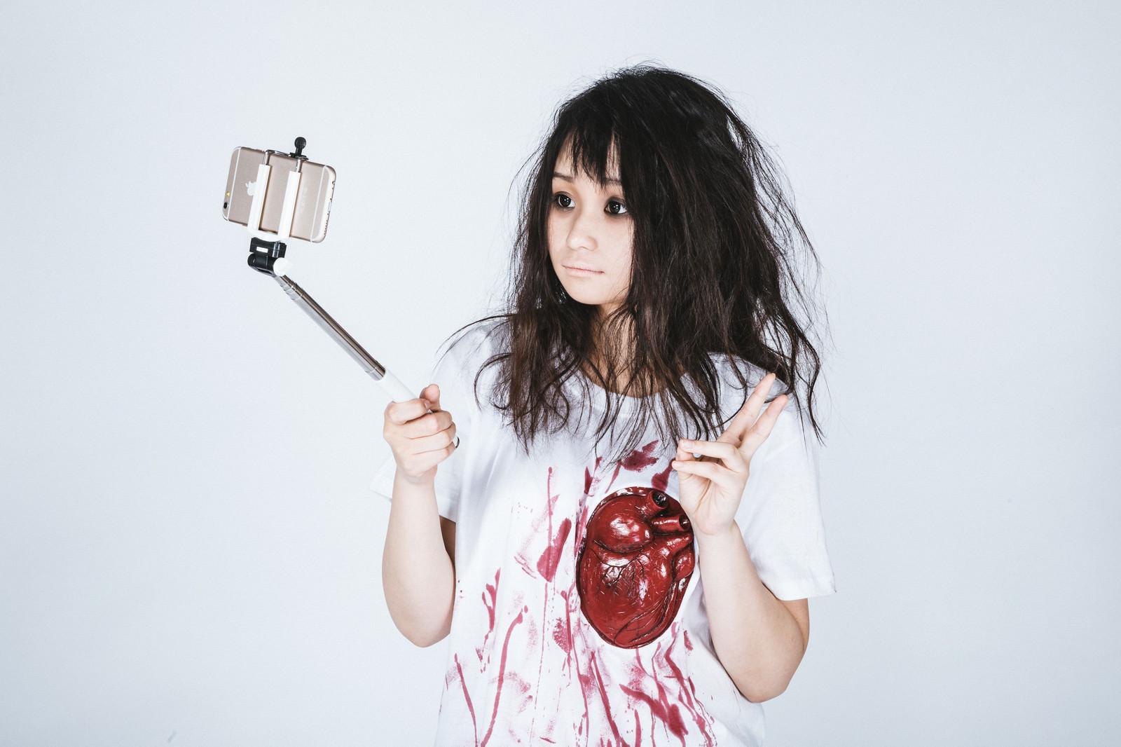 「セルフィで自撮りするゾンビ女子」の写真[モデル:茜さや]