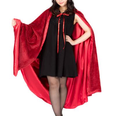 赤いマントを纏った仮装美女の写真