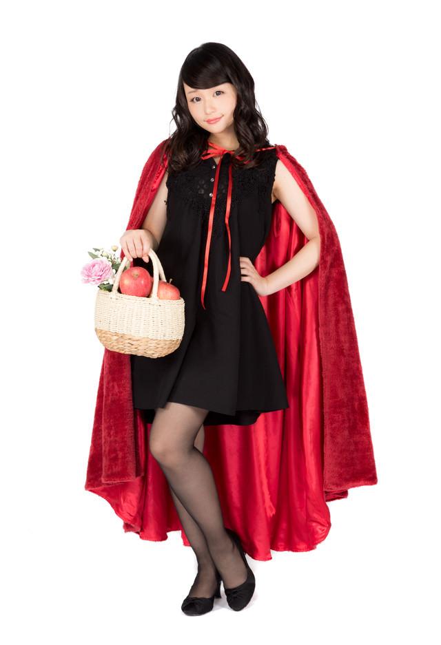 もふもふの赤いマントの仮装美女の写真