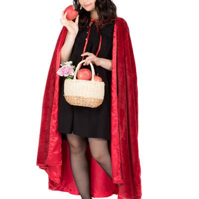 かじられたリンゴを持つ仮装美女の写真