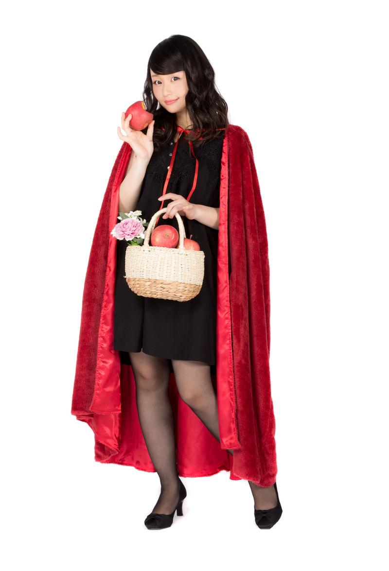 「かじられたリンゴを持つ仮装美女」の写真[モデル:茜さや]