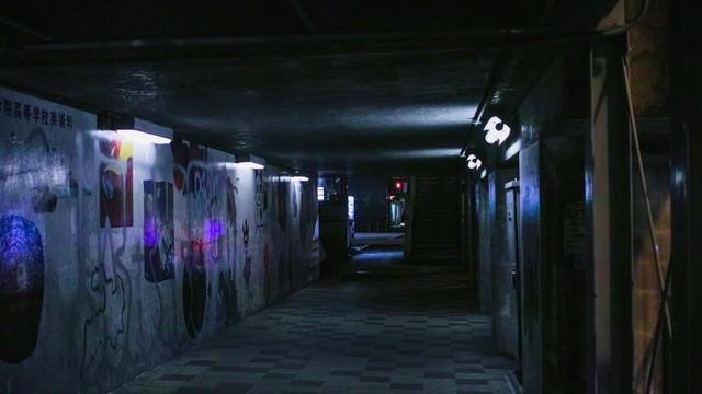 「薄明かりな不気味な通路」のフリー写真素材