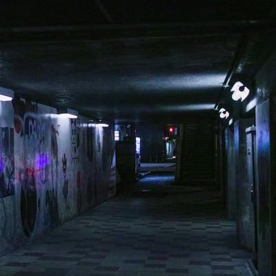 「薄明かりな不気味な通路」の写真素材