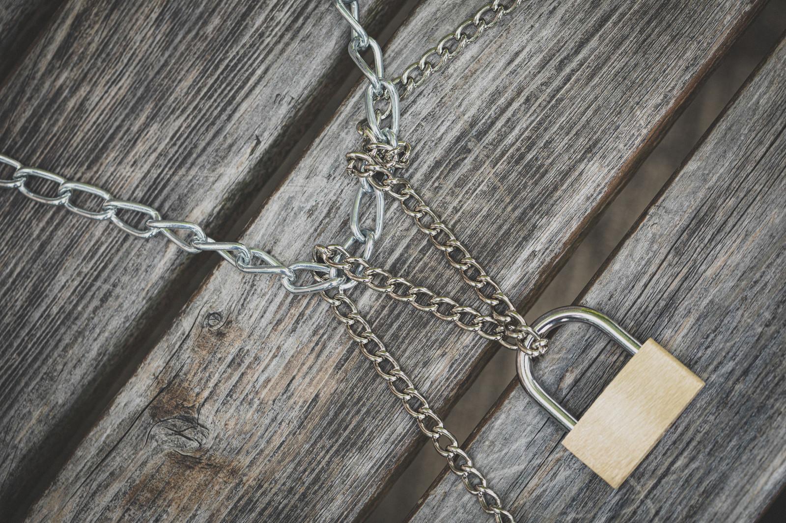 「二種類の鎖でロック」の写真