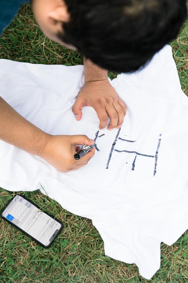 Tシャツに正義の文字を書き込むの写真