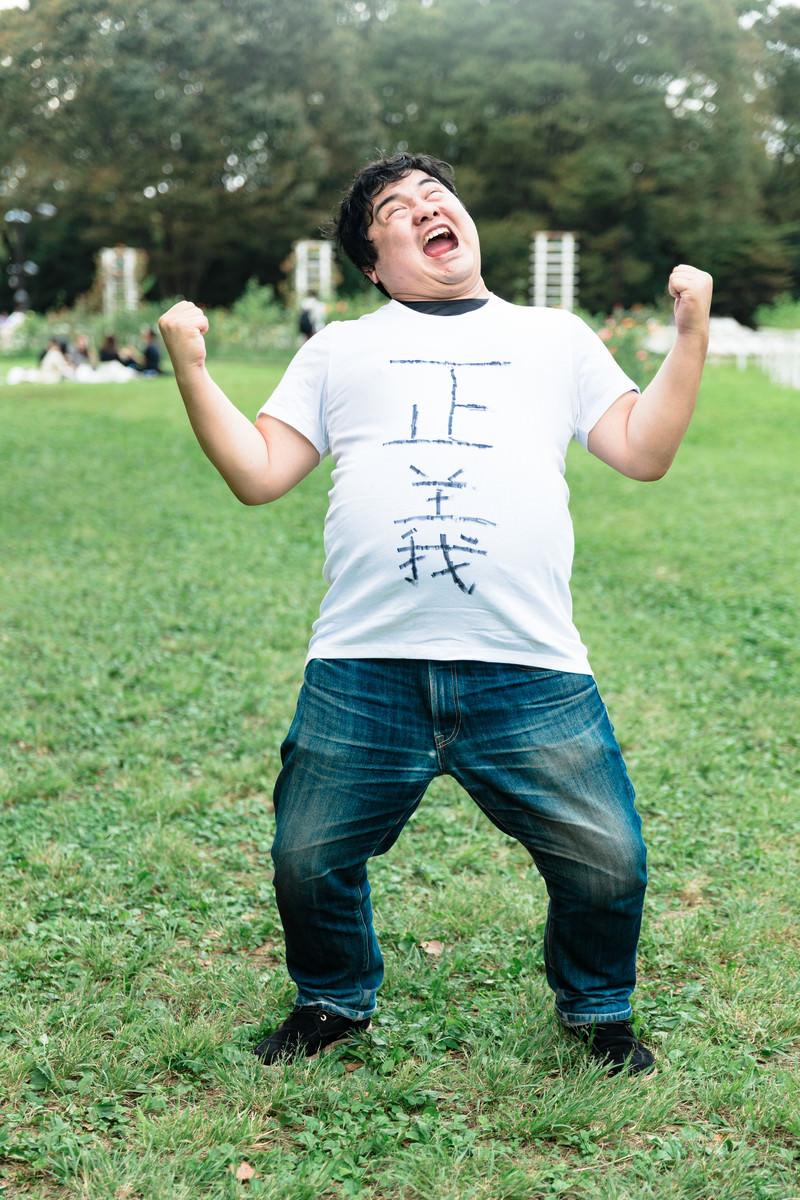 「正義マン大勝利の様子」の写真[モデル:段田隼人]