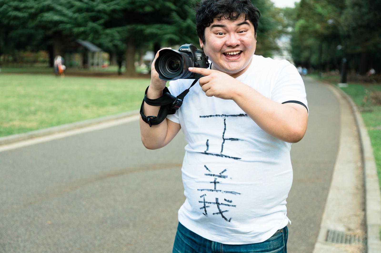 「やっぱり一眼レフのカメラは正義だよね」の写真[モデル:段田隼人]