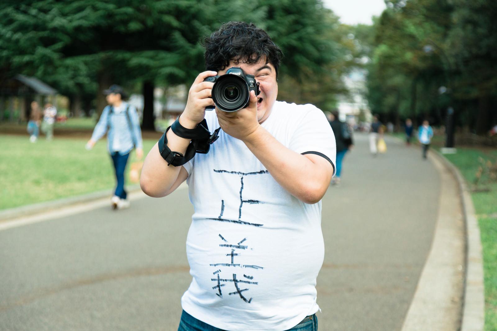 「正義のカメラマン」の写真[モデル:段田隼人]