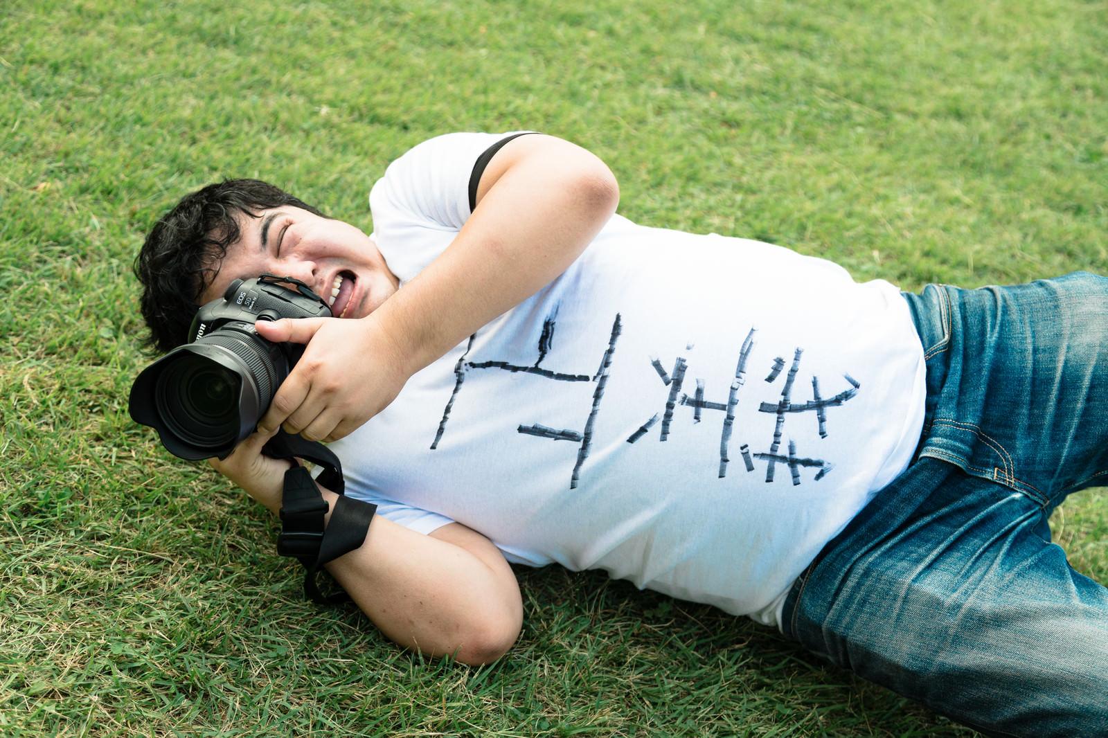 「突然横たわりローアングルから撮影してきた自称人気カメコ」の写真[モデル:段田隼人]