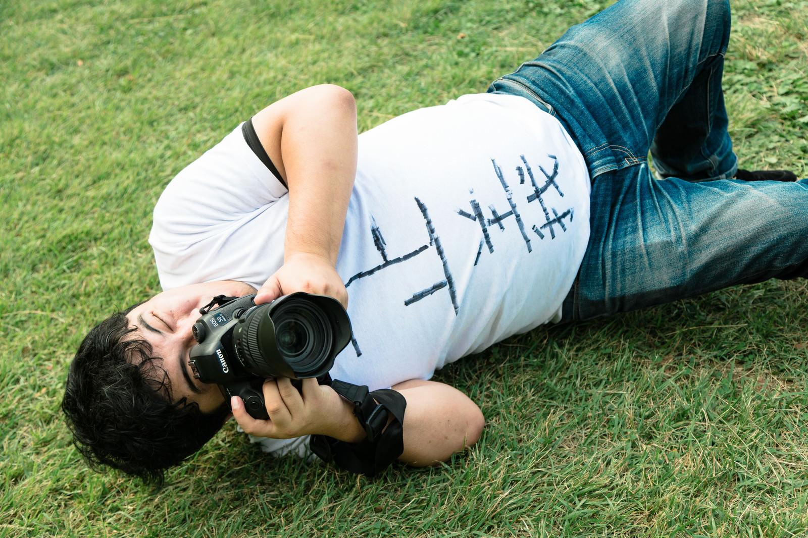 「横たわるローアングラー」の写真[モデル:段田隼人]