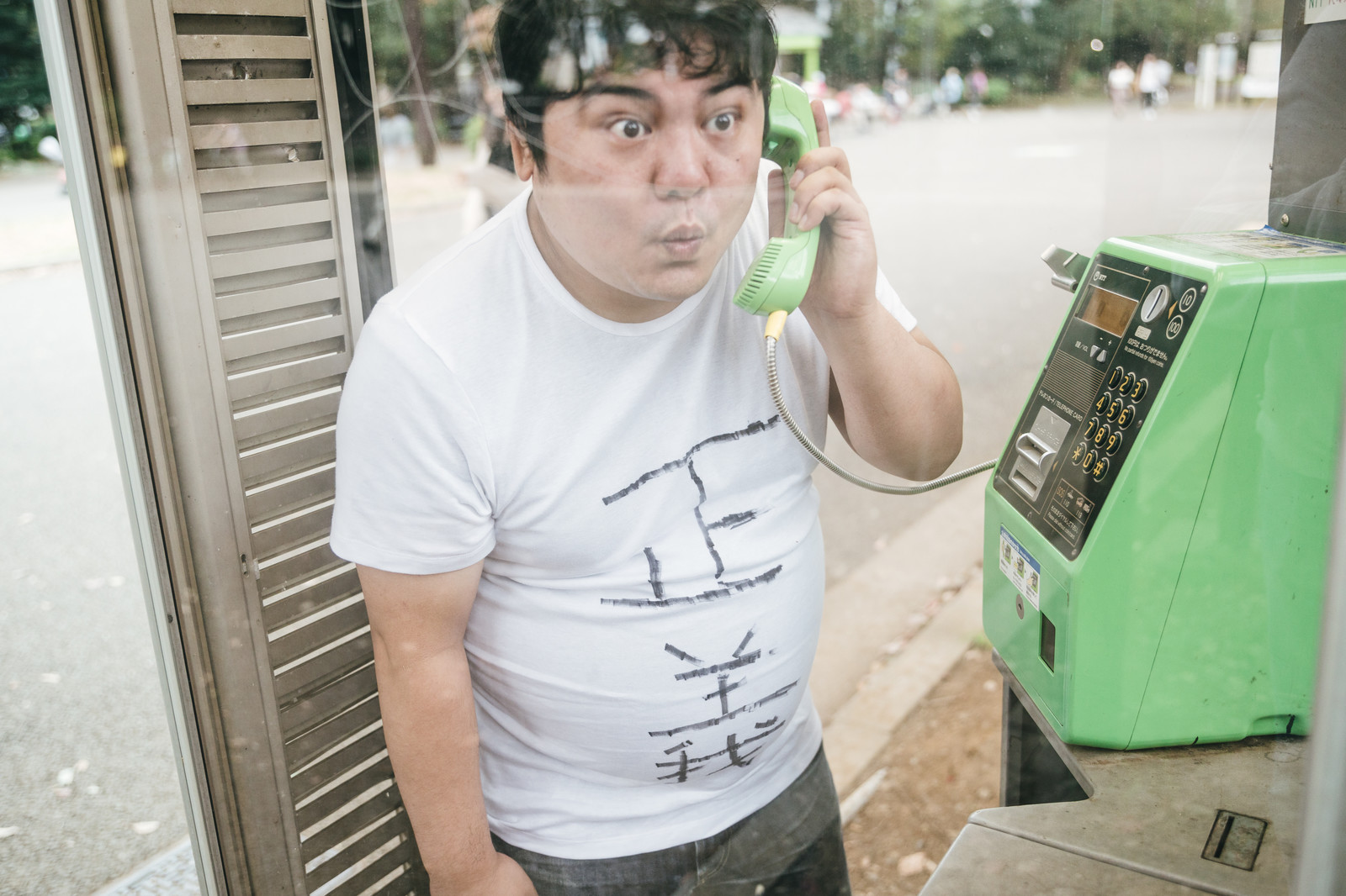「匿名で通報する正義マン」の写真[モデル:段田隼人]