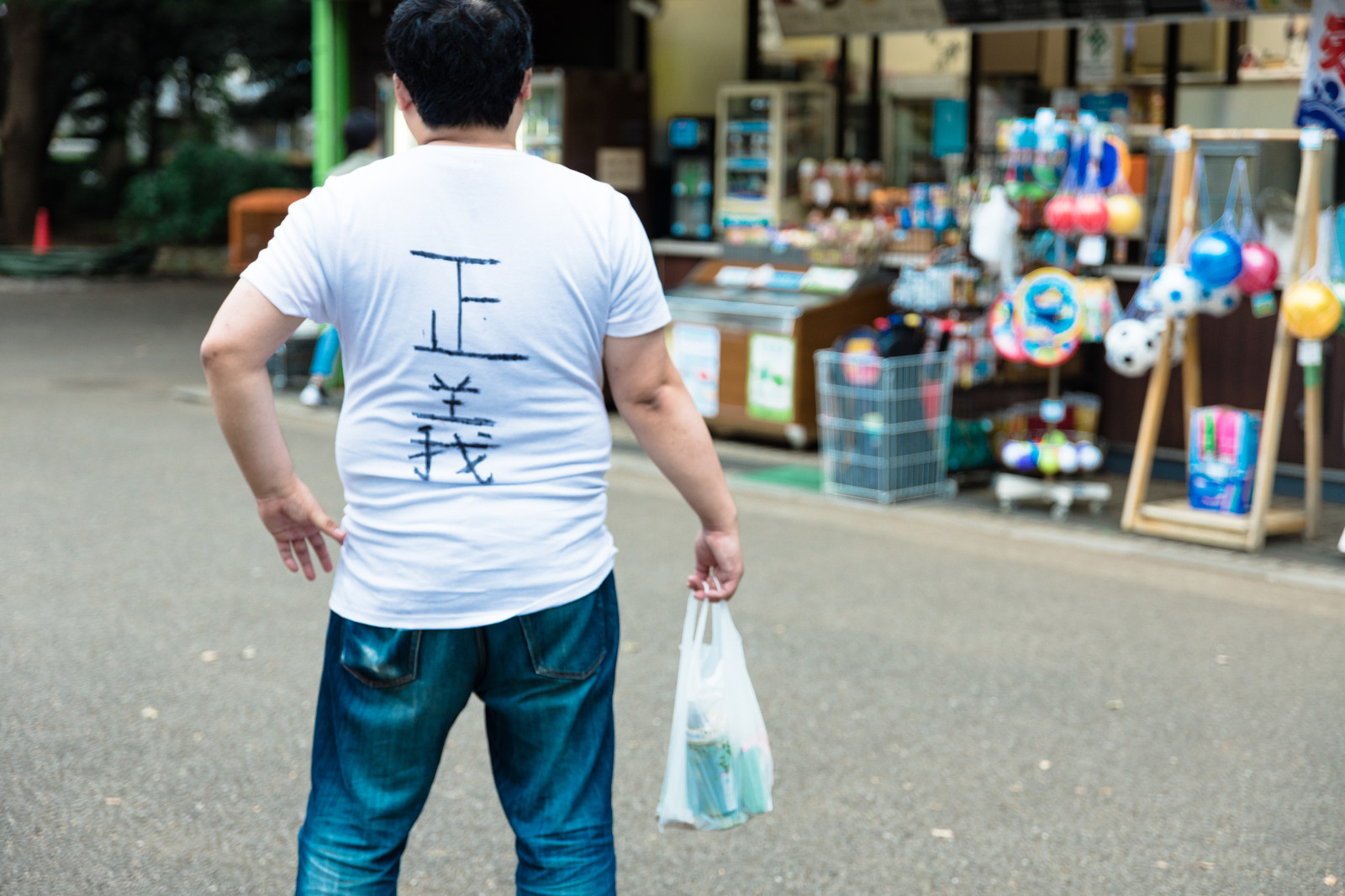 「悪を見逃さない正義マンの後ろ姿」の写真[モデル:段田隼人]