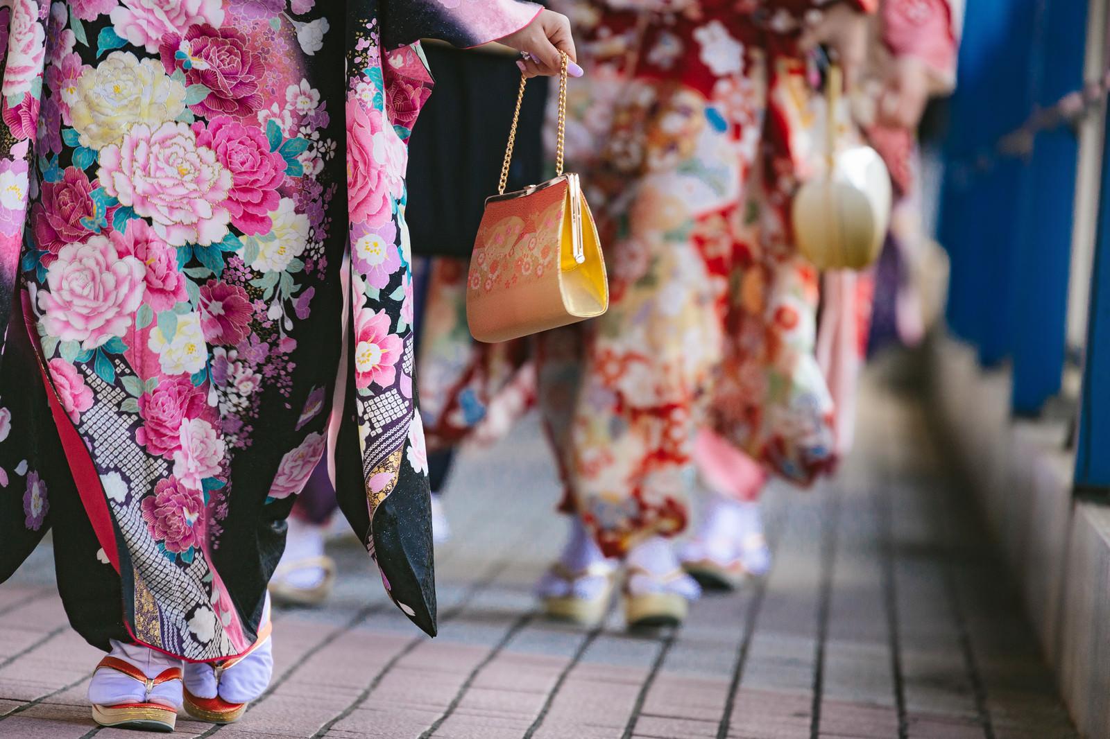 「成人式に参加する着物姿の女性の足元」の写真