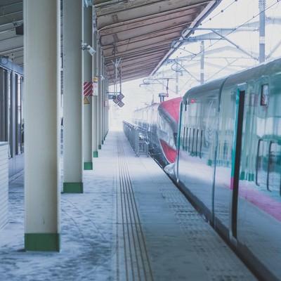 「積雪とホームの電車」の写真素材