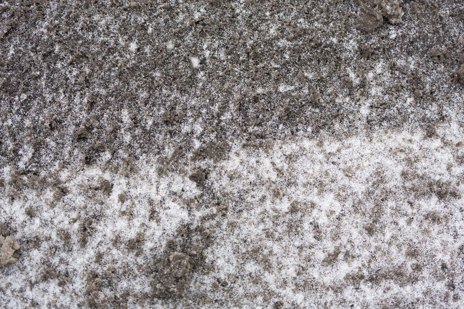 「降り始めた雪と泥」の写真