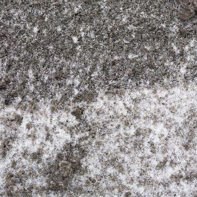 「降り始めた雪と泥」の写真素材