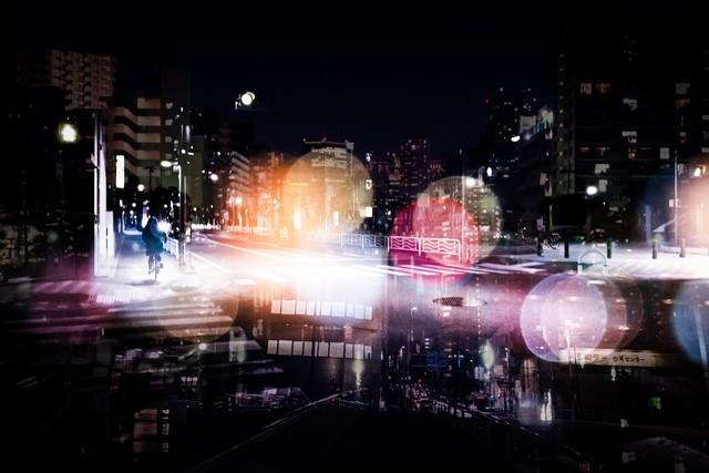 人々の想いが錯綜する夜道(フォトモンタージュ)の写真