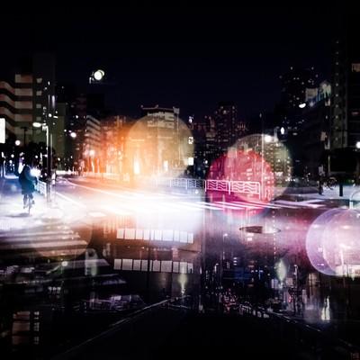「人々の想いが錯綜する夜道(フォトモンタージュ)」の写真素材