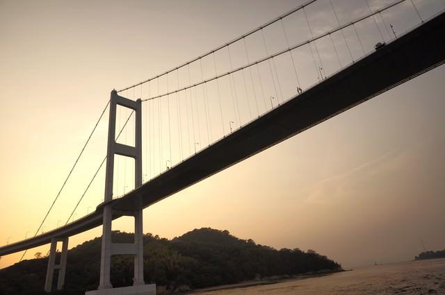 瀬戸内にかかる吊り橋の写真