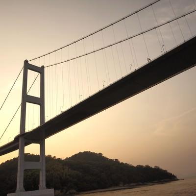 「瀬戸内にかかる吊り橋」の写真素材