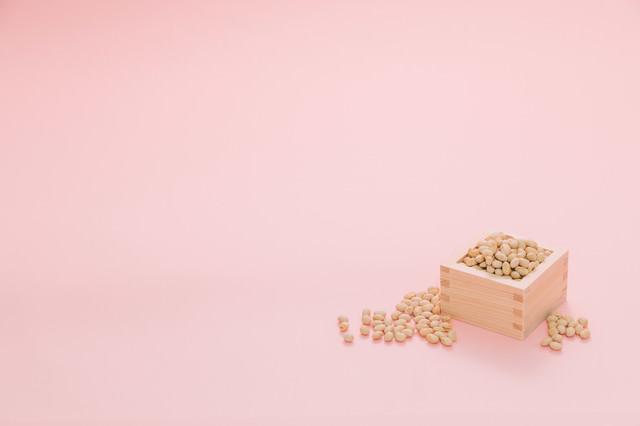 溢れ出る豆まき用の大豆の写真