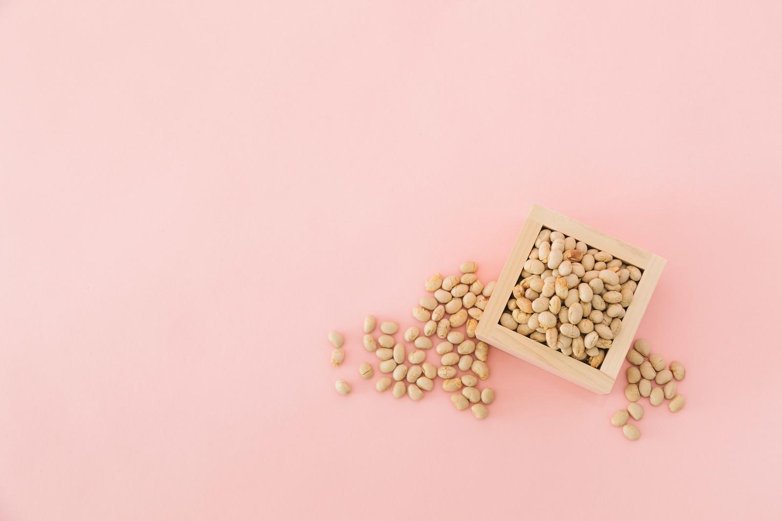 「枡に入った節分用の豆」の写真