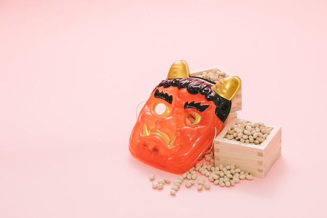 鬼のお面と節分の豆の写真