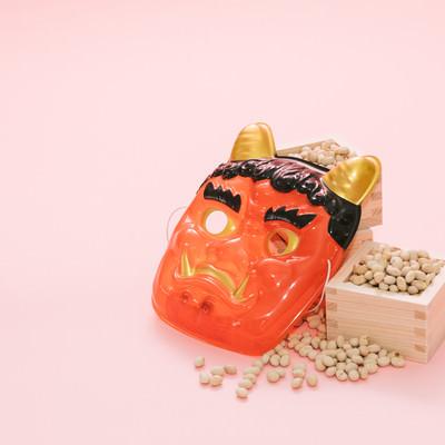 「鬼のお面と節分の豆」の写真素材