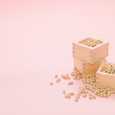 「枡いっぱいの節分用の豆」の写真素材