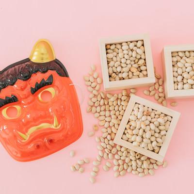 「節分(鬼のお面と豆)」の写真素材