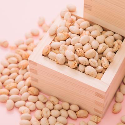「節分(枡から溢れる豆)」の写真素材
