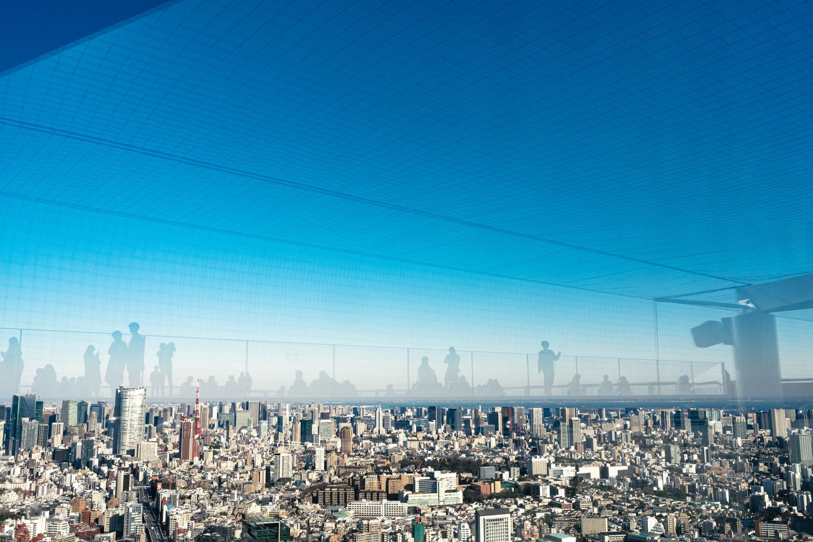 「展望施設「渋谷スカイ」から東京タワー方面の眺めと反射するフロア」の写真