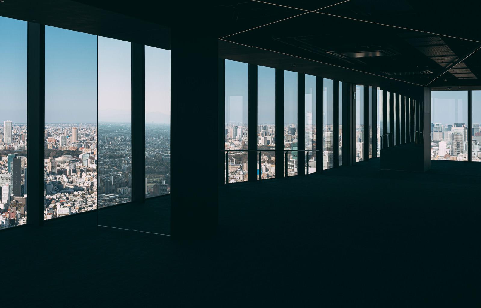 「渋谷スカイのフロアから見える都市」の写真