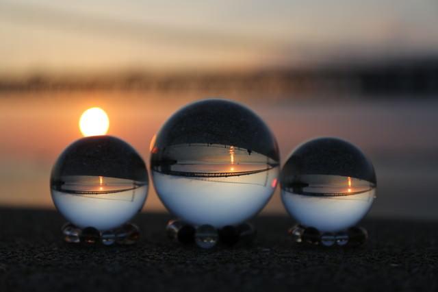 日の出と水晶球の写真