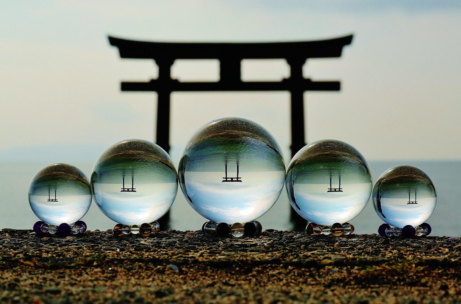 「浮かぶ鳥居と水晶玉撮影浮かぶ鳥居と水晶玉撮影」のフリー写真素材を拡大
