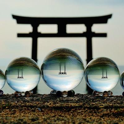 浮かぶ鳥居と水晶玉撮影の写真