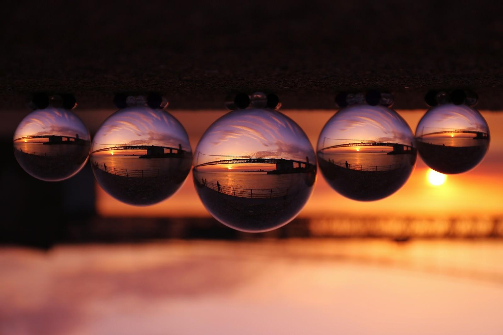 「水晶玉の中で反転する橋水晶玉の中で反転する橋」のフリー写真素材を拡大