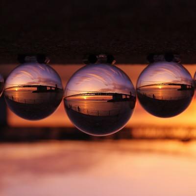 水晶玉の中で反転する橋の写真