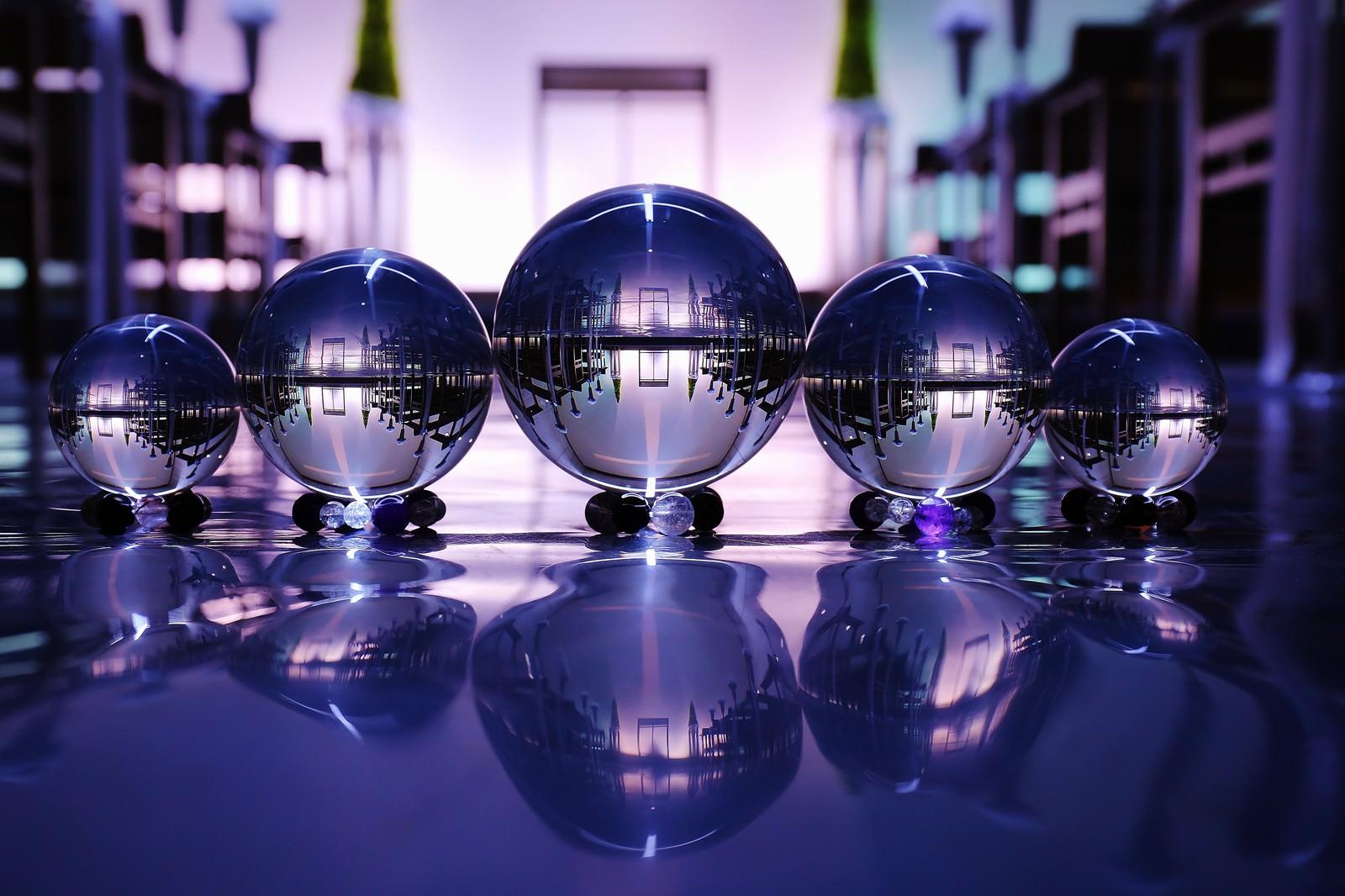 「静寂な空間と水晶玉静寂な空間と水晶玉」のフリー写真素材を拡大