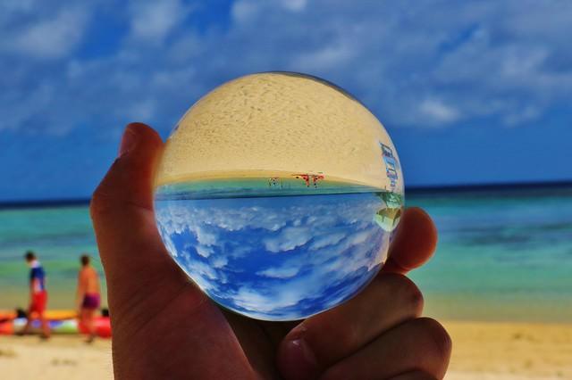 真夏のビーチと水晶玉