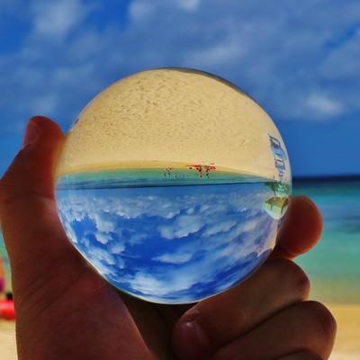 真夏のビーチと水晶玉の写真
