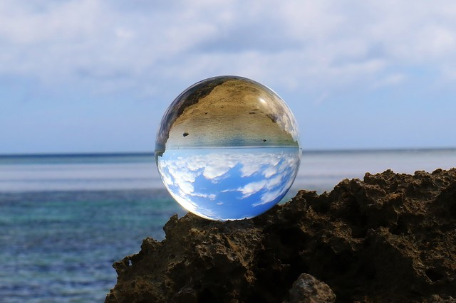 海岸がうつりこむ水晶玉の写真