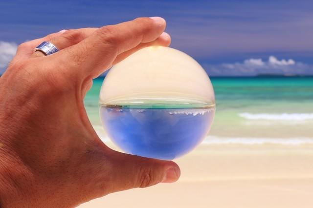 白い砂浜を水晶玉の中から眺めるの写真