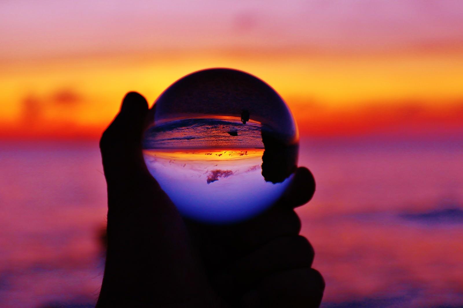「オレンジ色の夕焼けを水晶球から眺める」の写真