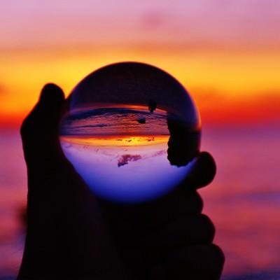 オレンジ色の夕焼けを水晶球から眺めるの写真