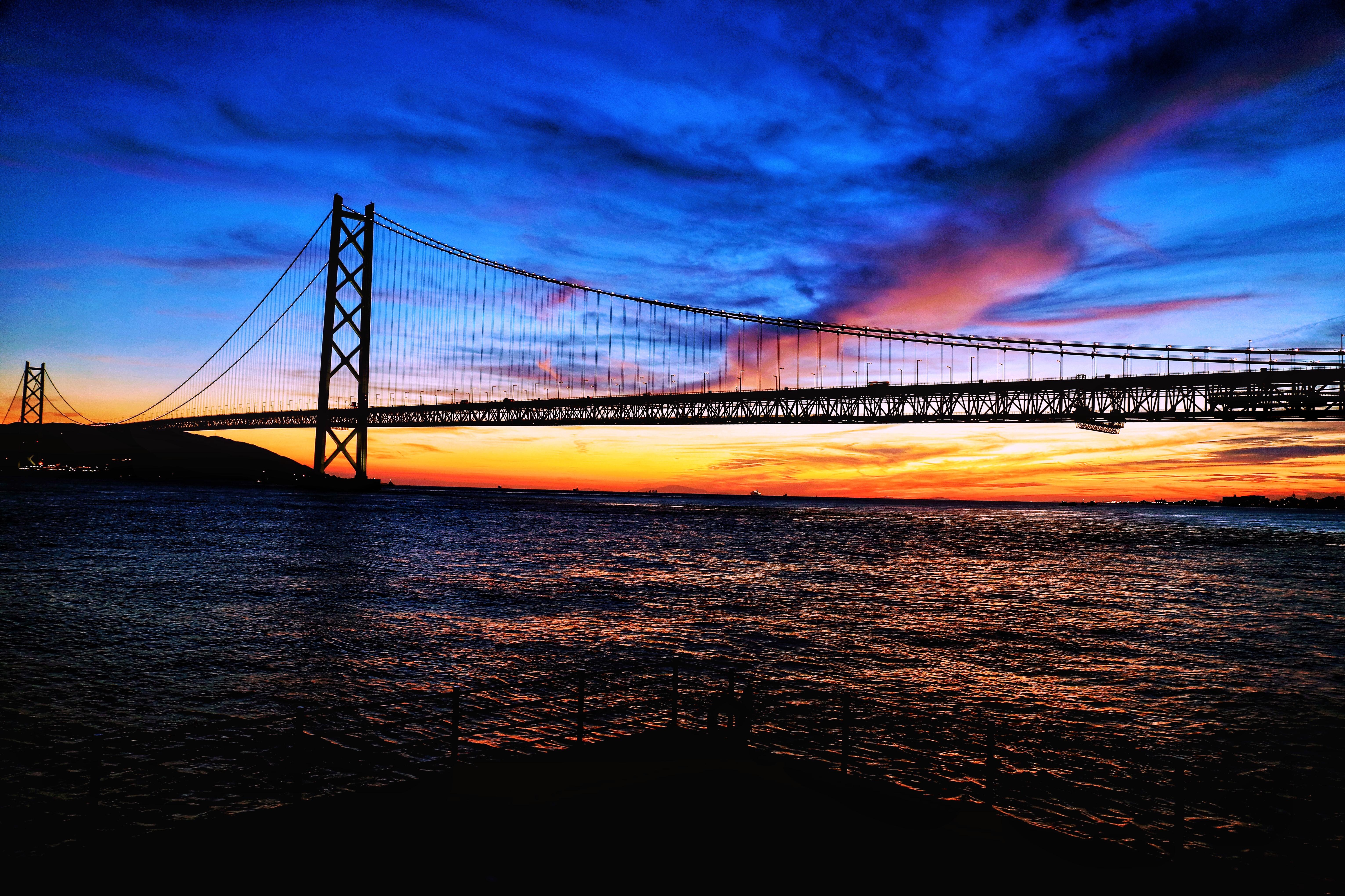 「朝焼けに染まる空と海」の写真