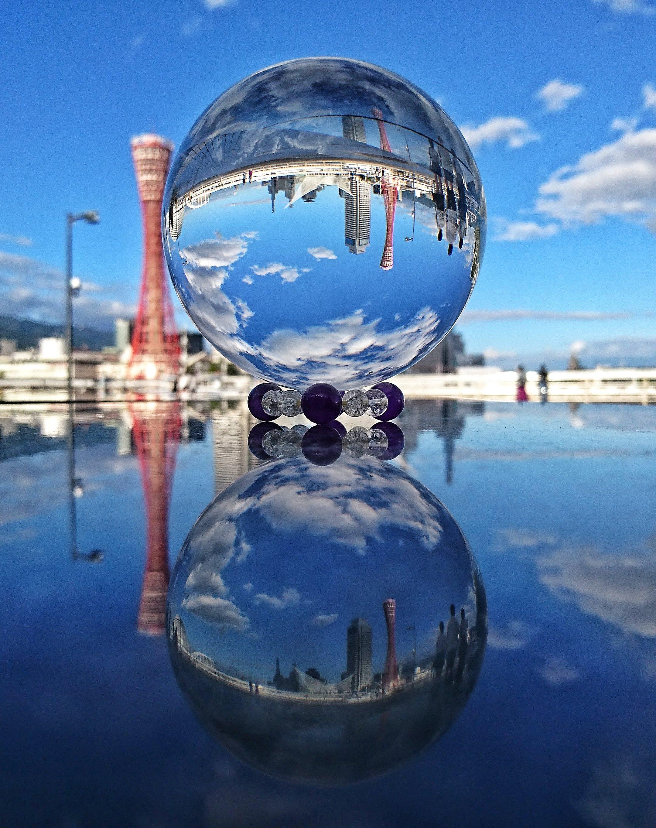 水晶球に映る神戸タワーとリフレクションの写真