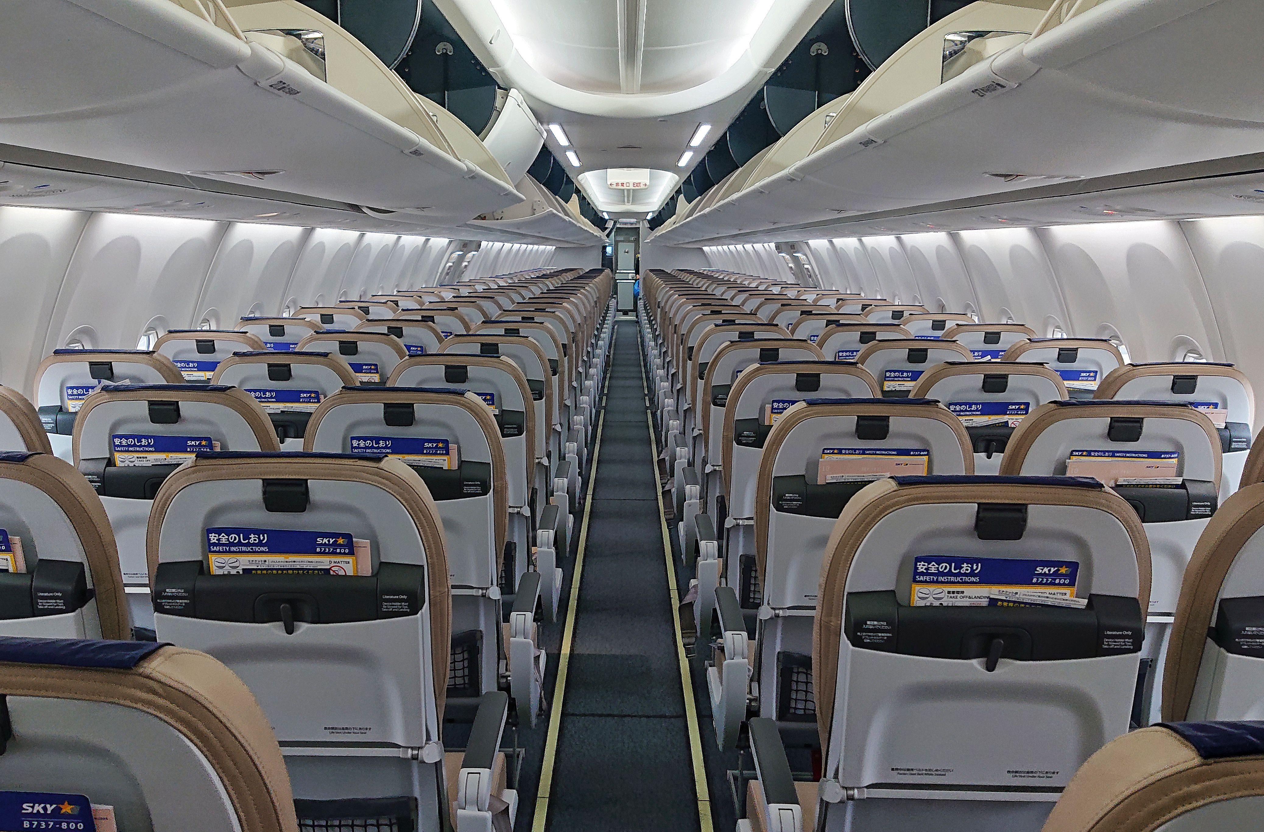 「搭乗前の飛行機の機内」の写真