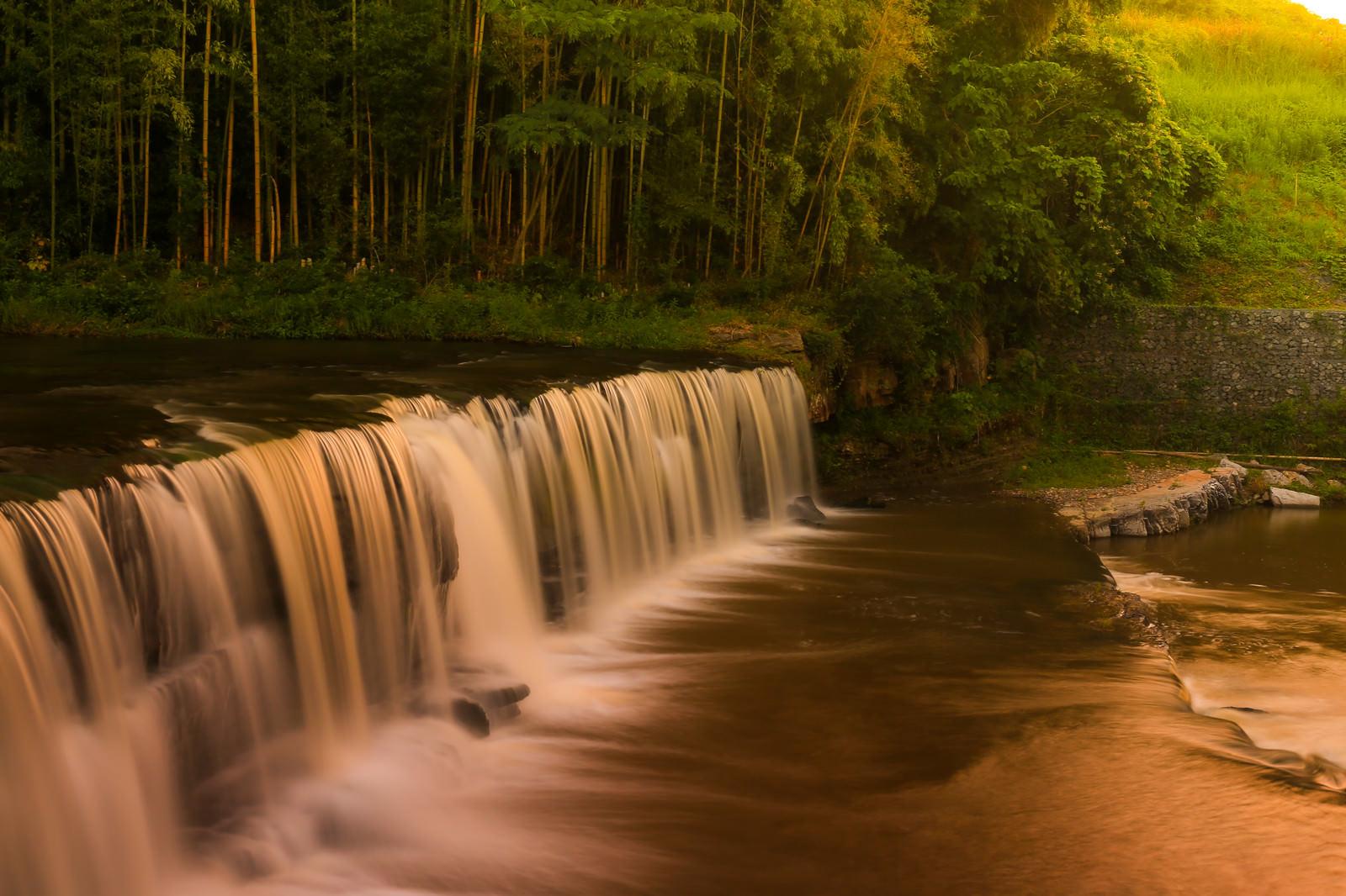 「滝の流れと白い軌跡」の写真