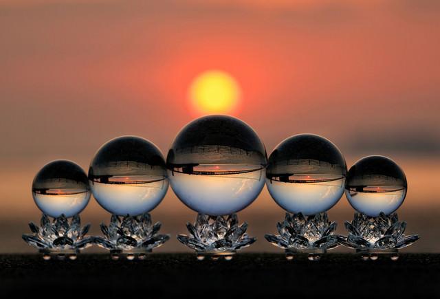 夕日の海岸と水晶球の写真